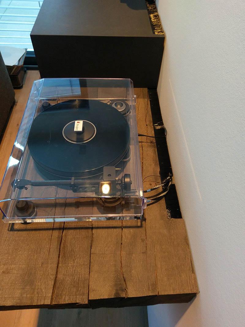 Plattenspieler auf extra hergestellten Sideboarf