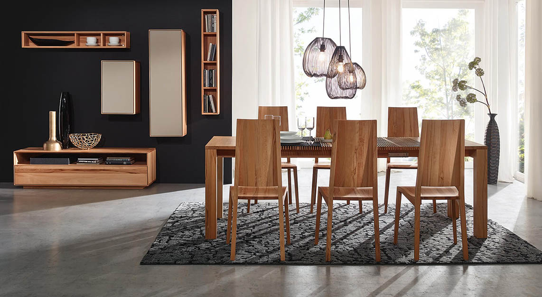 Tische und Stühle aus Massivholz