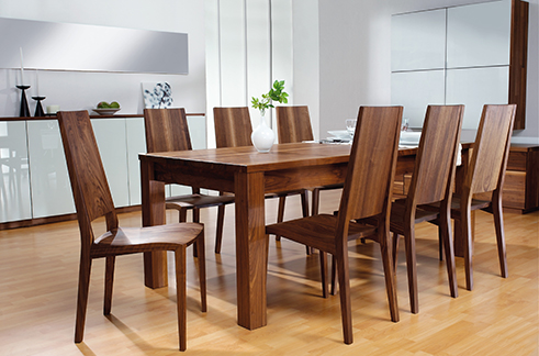 Massivholztisch mit Stühlen