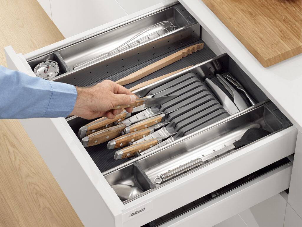 Kuechenhelfer-Arbeitsablaeufe-Schnelle-Arbeit-Kuechenarbeit-Messer
